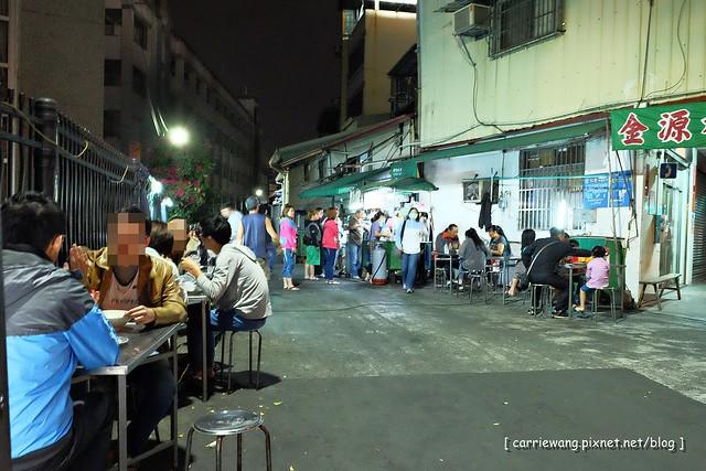 阿春麵担:北屯國小地下道旁營業50年的老麵店,一到用餐時間人潮滿滿 @飛天璇的口袋