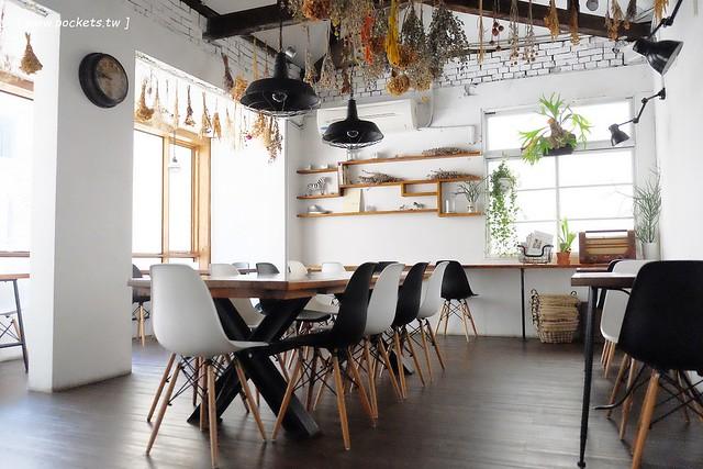 斑馬散步咖啡:老宅改建咖啡館,漂亮白色建築,擁有寬敞庭院,環境漂亮好拍照 @飛天璇的口袋