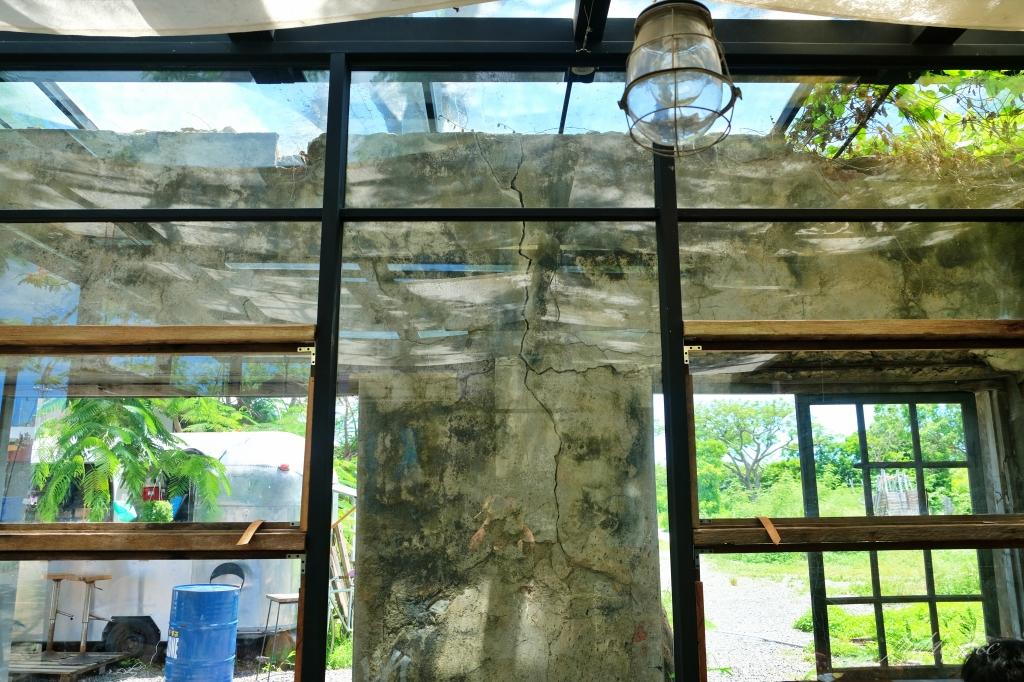 【屏東恆春】樹夏飲事:老鳳凰樹下的廢墟改建咖啡館,Big 7 Travel 台灣最棒25間咖啡廳之一 @飛天璇的口袋