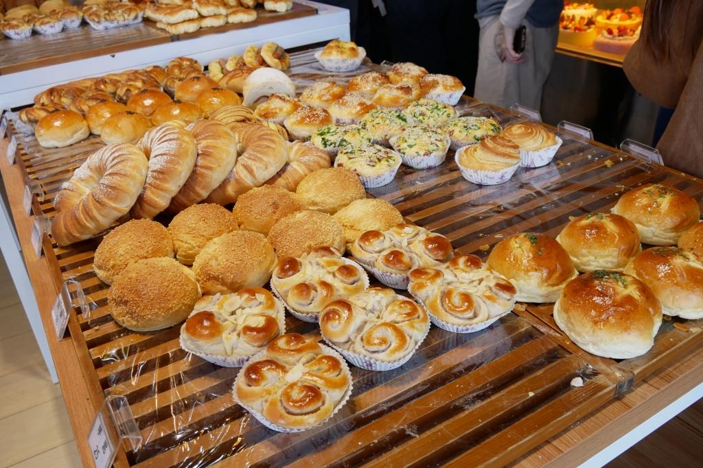 嘉義東區| 貓尾巴麵包店:16種口味泡芙一條龍,一出爐就秒殺的甜點,嘉義超人氣甜點推薦 @飛天璇的口袋