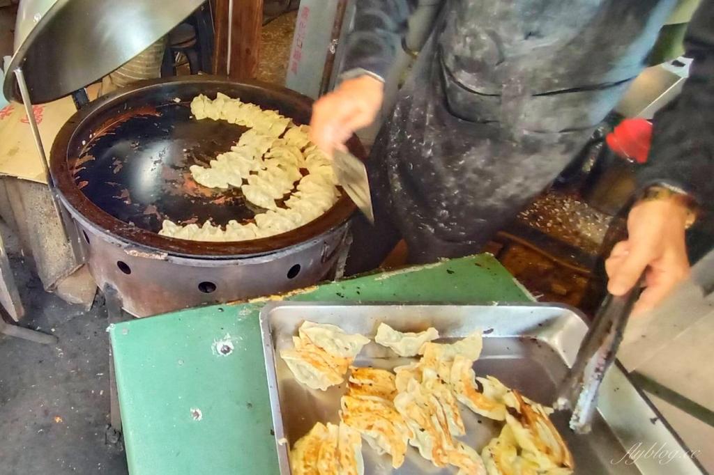 【台中東區】富台鍋貼:一顆只要3.5元的小確幸,台中眷村裡的好味道 @飛天璇的口袋