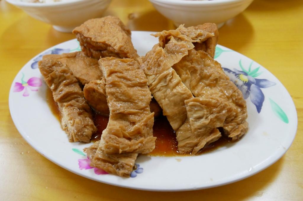 【嘉義東區】正統火雞肉飯:真的是好吃便宜又大碗,而且小菜選擇性也多 @飛天璇的口袋