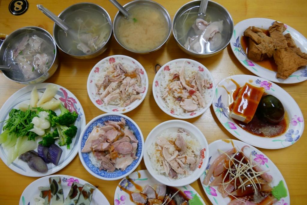 正統火雞肉飯:真的是好吃便宜又大碗,而且小菜選擇性也多 @飛天璇的口袋