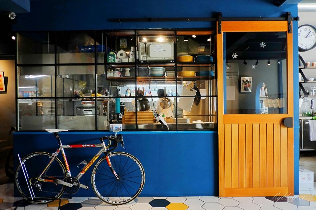 【台中南屯】Pluto Espressoria:台中Ikea附近藍色早午餐咖啡館,網友推薦肉桂捲好吃 @飛天璇的口袋
