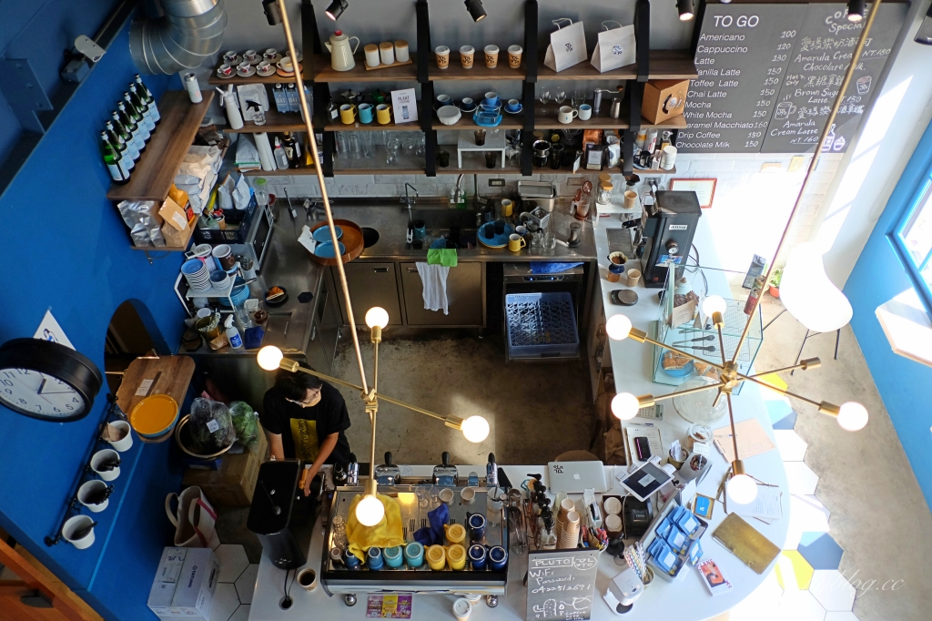 Pluto Espressoria:台中Ikea附近藍色早午餐咖啡館,網友推薦肉桂捲好吃 @飛天璇的口袋