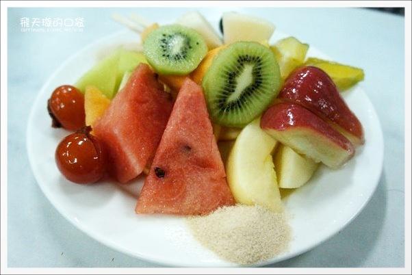 莉莉水果店:超過一甲子的水果店,冰品水果盤新鮮好吃 @飛天璇的口袋