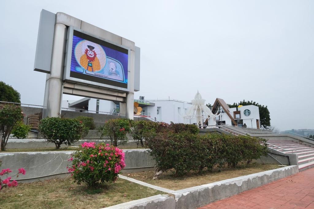 星巴克泰安南門市:夢幻的積木城堡 X 浪漫的旋轉木馬 位於泰安休息站裡的星巴克門市 @飛天璇的口袋