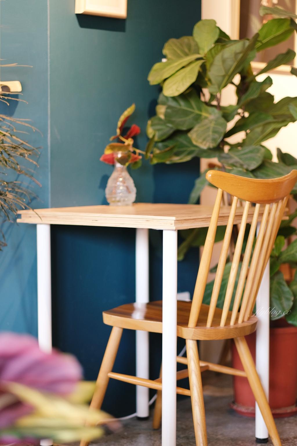 【台中中區】孔雀咖啡:柳川河岸旁的咖啡館,花卷式肉桂捲老饕必點 @飛天璇的口袋