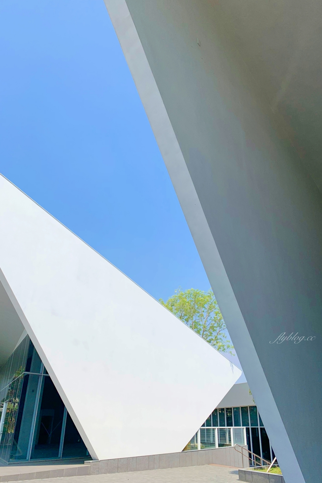嘉義世賢路星巴克:漂亮的純白摺紙建築,搭配透明落地窗設計 @飛天璇的口袋