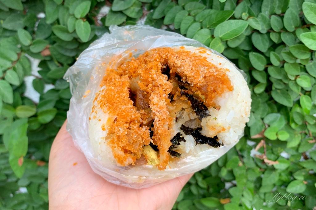 育英路阿婆飯糰:超大阿婆飯糰搬家囉!一顆飽到中午也吃不下了 @飛天璇的口袋
