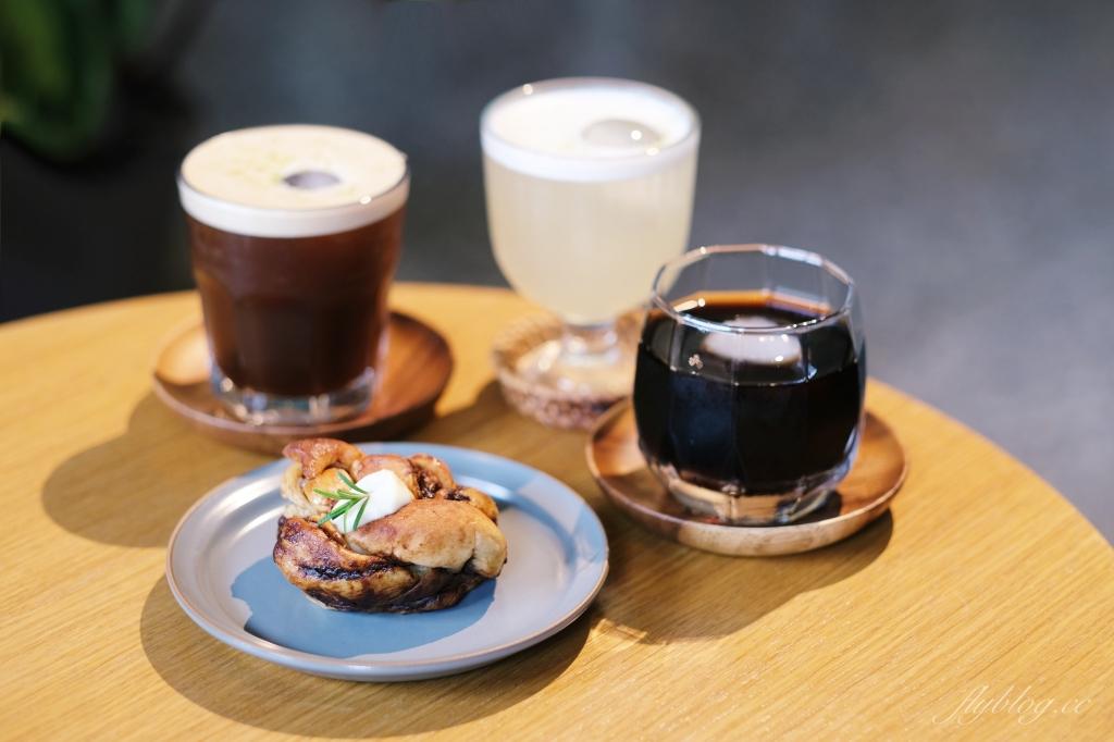 台中中區|孔雀咖啡 柳川河岸旁的孔雀咖啡館,花卷式肉桂捲老饕必點 @飛天璇的口袋