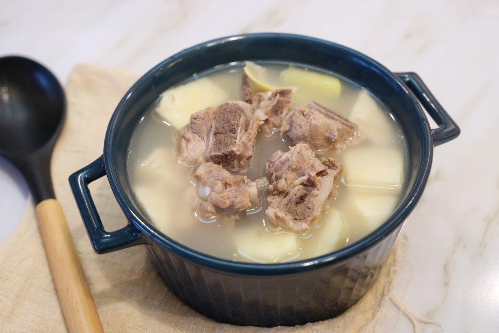 【食譜分享】竹筍排骨湯:竹筍湯不苦的秘訣,加一匙生米就對了 @飛天璇的口袋
