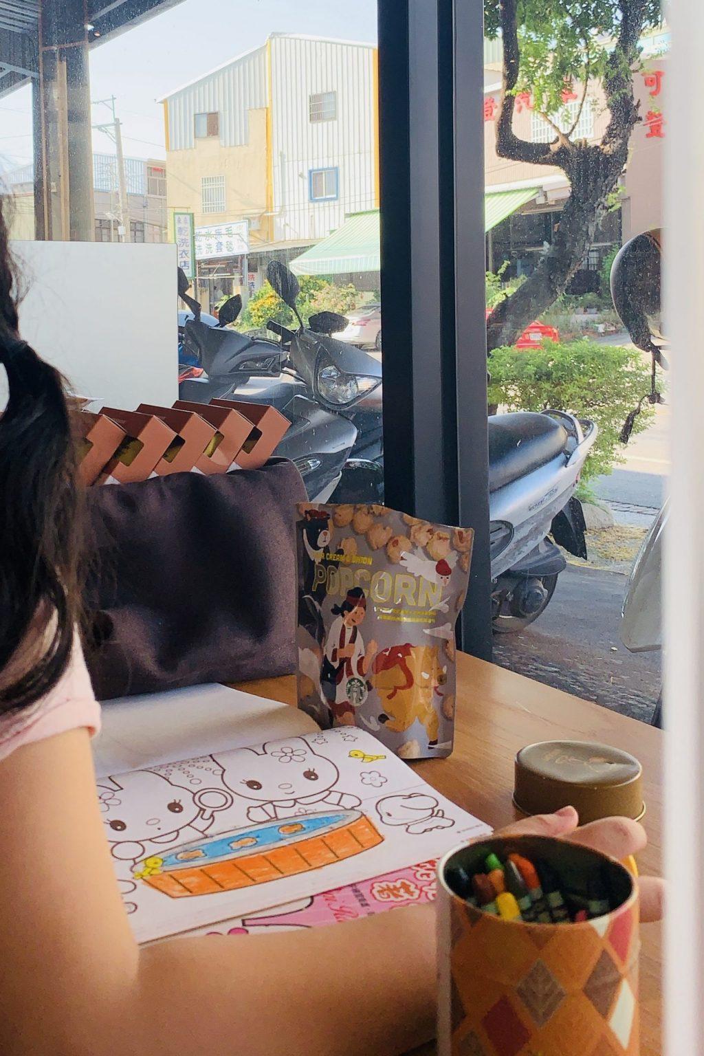 台中清水 清水星巴克門市:清水第一間星巴克~天花板融入浪漫高美溼地夕陽風情特色 @飛天璇的口袋