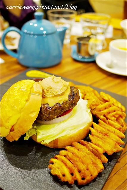 【台中漢堡推薦】What's Burger。用酥皮波蘿麵包做的漢堡,牛肉厚實又啾西,義大利麵也很好吃 @飛天璇的口袋