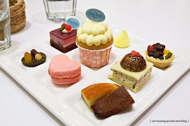 【台中蛋糕甜點】Sweet Emily法式甜品@台中市政旗艦店。杯子蛋糕繽紛可愛,環境華麗浪漫,飲料中規中矩 @飛天璇的口袋