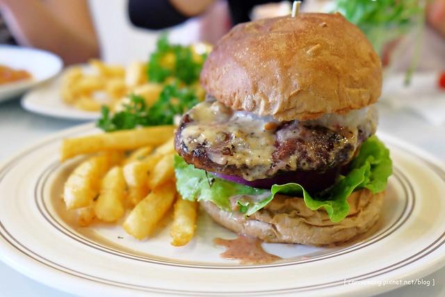 【台中漢堡餐廳】L&B's Restaurant。薯條和鬆餅不錯吃,服務人員態度也很好 @飛天璇的口袋