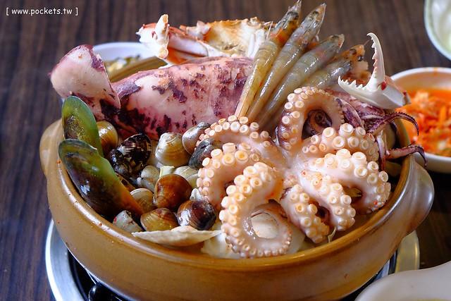 朴山傳統韓國料理:海鮮鍋吃的是霸氣,小菜有多種選擇,飲料可以無限續杯,韓屋造型的建築很吸睛 @飛天璇的口袋