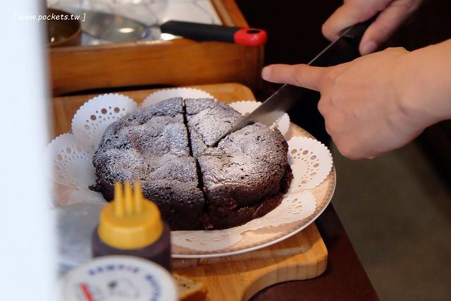【台中下午茶】你好!もしもし珈琲甜點合作社:東海商圈巷弄裡老宅改建的咖啡館,專賣手沖咖啡與手作蛋糕,店裡有許多復古收藏品,環境小巧卻很有溫度 @飛天璇的口袋
