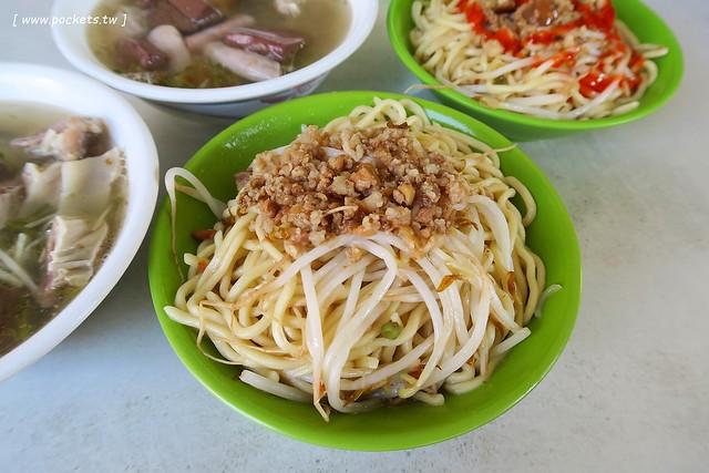 進德路拉仔麵:炒麵簡單樸實,用餐時間人很多,湯料也很多很多,台灣人的正統早午餐 @飛天璇的口袋
