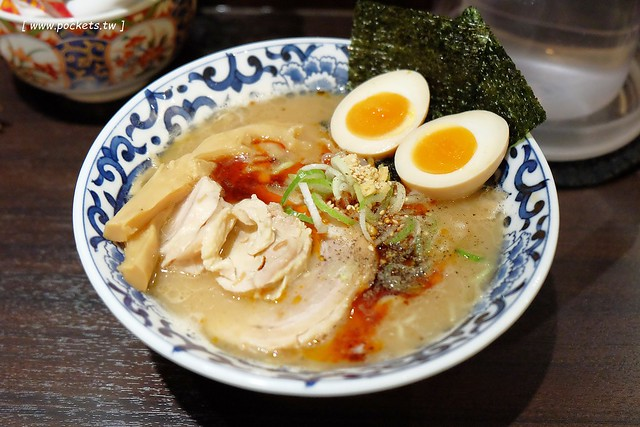 日本東京美食┃斑鳩拉麵:位於東京駅一番街超人氣拉麵店,使用鰹魚和豚骨熬製而成的湯頭,個人覺得好吃又對胃,不虛此行 @飛天璇的口袋
