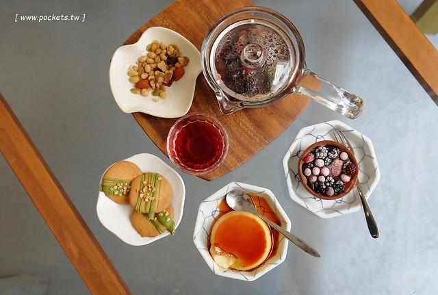 小森空間.Komori┃台中北區美食:充滿無印良品氛圍的日系小店,以手作甜點和中式花茶為主,店裡有很多可愛的卡通公仔,地下室做為藝術作品展覽空間 @飛天璇的口袋