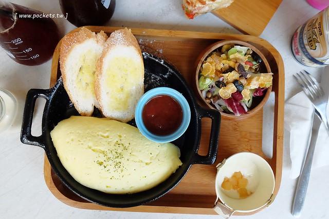 拾陌咖啡 Shihmo:隱身巷弄裡的早午餐店,裝潢走工業風路線,手作餐點吃的到用心,只是空間不大桌距也比較小 @飛天璇的口袋