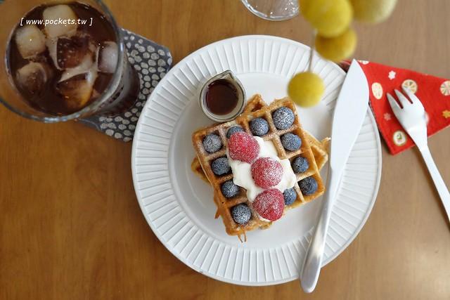 KYOYA 咖啡 雜貨 繪本┃台中西區美食:充滿京都風情的咖啡館,空間小巧可愛擺滿了文具雜貨,咖啡和甜點都很推薦,文青的最愛 @飛天璇的口袋