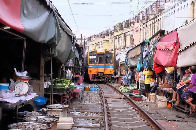 美功鐵道市場 Maeklong┃泰國曼谷自由行:安帕瓦必訪景點,攤販特殊求生之道,一天8班火車經過 @飛天璇的口袋