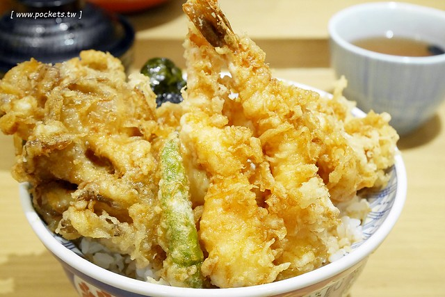 金子半之助┃台北美食推薦:號稱日本第一天丼,台北車站二樓美食,料多到滿個爆出來了,好吃但是吃完會小膩 @飛天璇的口袋