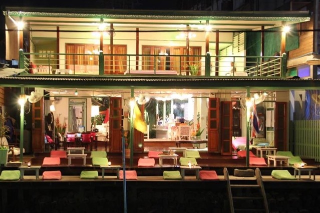 泰國安帕瓦住宿┃Baanrak Amphawa 安帕瓦愛之家旅館:泰國傳統水上屋,鄰近安帕瓦水上市場,可以參加晚上賞螢清晨供僧活動 @飛天璇的口袋
