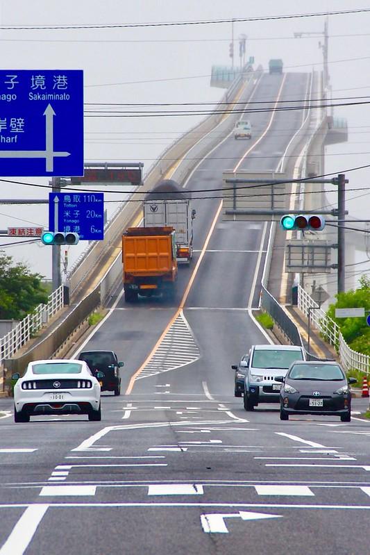 江島大橋┃鳥取親子自駕遊:視覺上45度傾斜的超恐佈大橋,好像挑戰雲宵飛車的概念,日本汽車廣告爆紅的ベタ踏み坂 @飛天璇的口袋