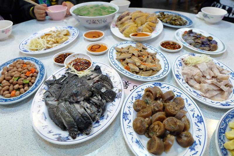 鴨肉送:終於吃到傳說中的布丁麵,小菜的表現更出色,一群人剛好可以點滿一桌 @飛天璇的口袋