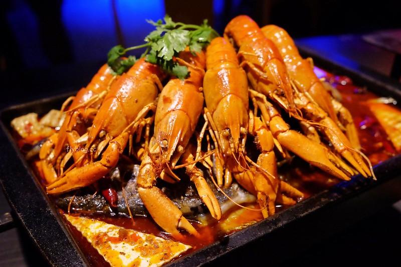水貨炭火烤魚┃台中西區:超霸氣的澳洲小龍蝦,堆滿滿如小山的蛤蠣鍋,烤魚原來有這麼多創意吃法 @飛天璇的口袋