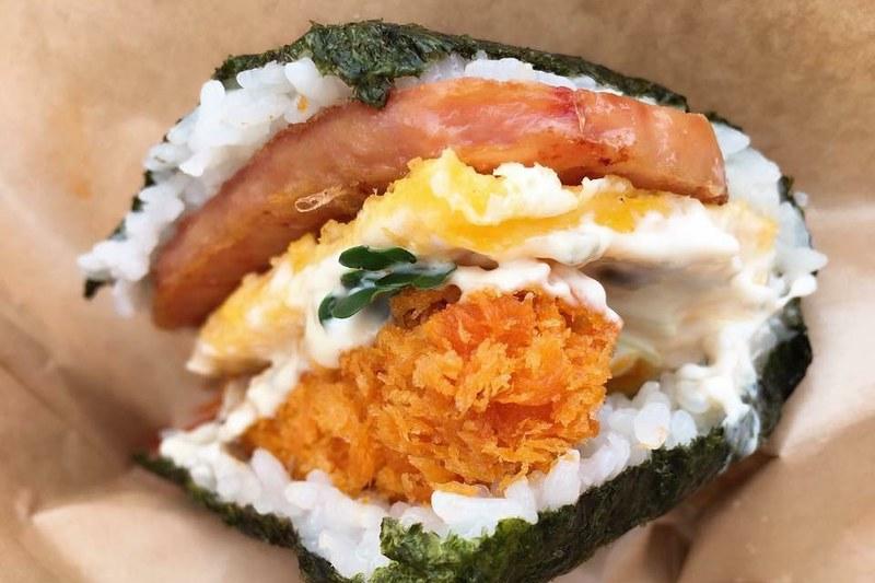 豬排蛋飯糰總店┃沖繩美食:牧志市場超人氣排隊美食,每間店都有該店限定口味哦! @飛天璇的口袋