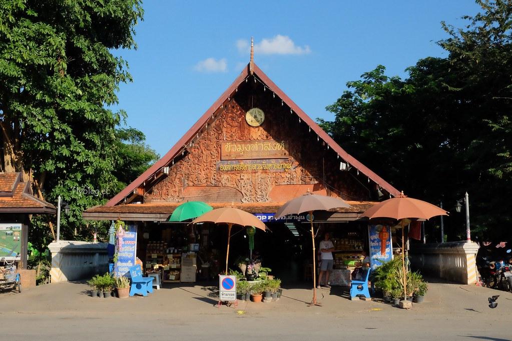南奔一日遊┃泰國南奔:Wat Phra That Hariphunchai泰國人一輩子一定要來一次的地方、OTOP泰國首座橋上蘭納式風格屋頂市場、Wat Ku Kut千年歷史的寺廟 @飛天璇的口袋