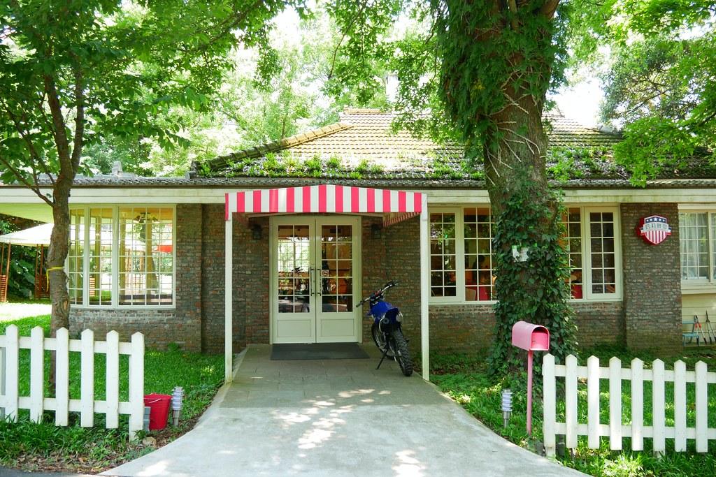 凱莉餐廳┃台北美食:陽明山美軍宿舍改建,悠閒浪漫的美式餐廳,有大片草原可以野餐,還有溜滑梯可以放生小孩 @飛天璇的口袋