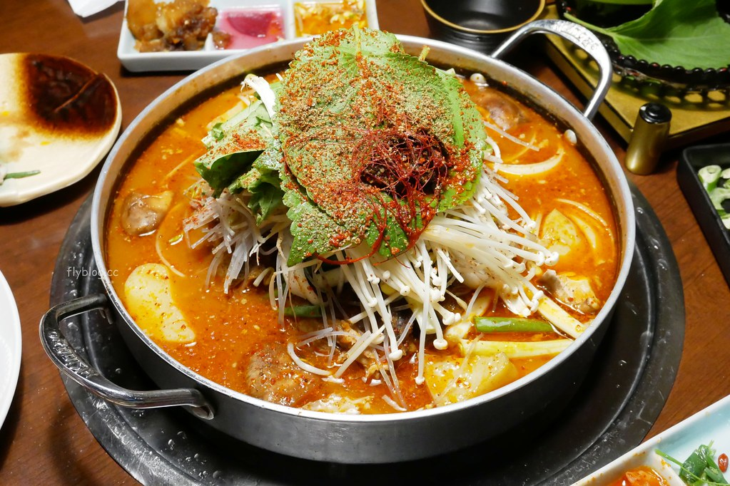 韓金館┃台北美食:網友評價台北最道地的韓式餐廳,終於吃到思思念念的馬鈴薯鍋,有芝麻葉就給讚! @飛天璇的口袋