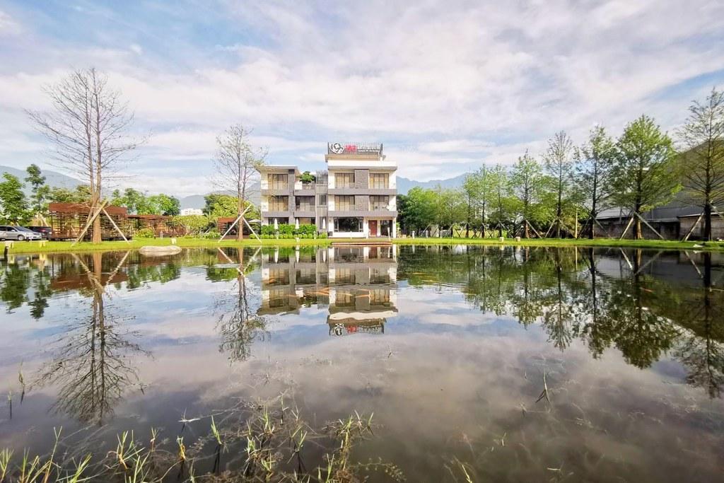 193線花園民宿 Garden B&B:落雨松湖泊和露天泳池,前庭綠色草地圍繞,享受放鬆的自然環境 @飛天璇的口袋