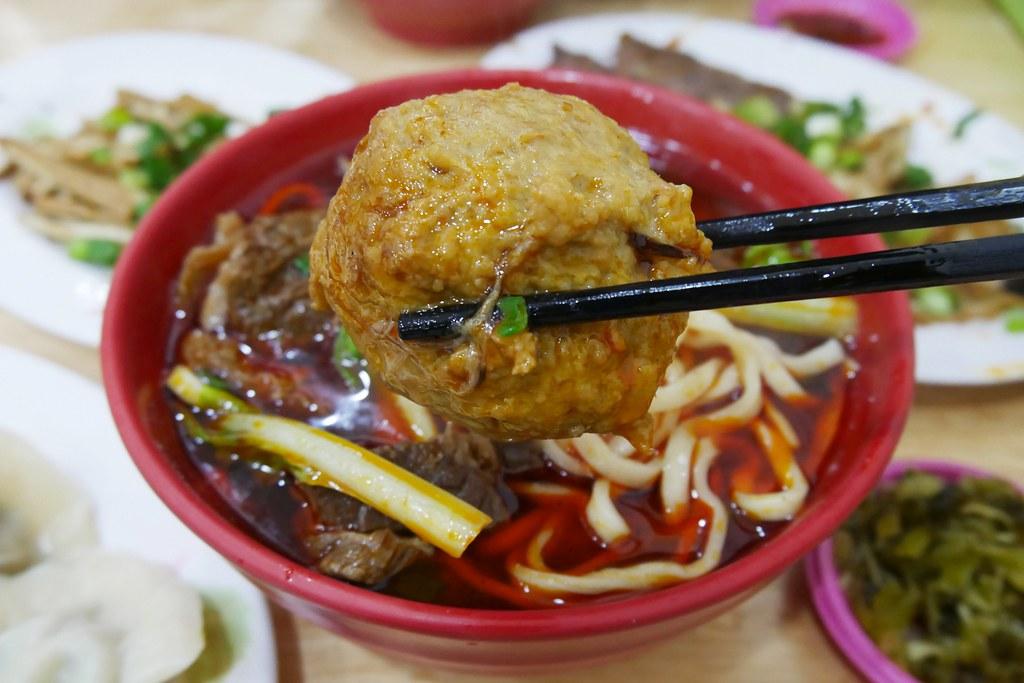 小林牛肉麵:20幾年的在地美味,北平路超人氣牛肉麵店,招牌龍虎麵有獅子頭 @飛天璇的口袋