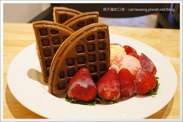 【台中下午茶】COMOC Square & Cafe。賣相很好的鬆餅,夏天也吃的到草莓… @飛天璇的口袋